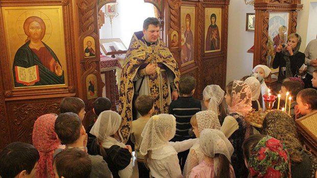 Дети и священник