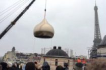 Строящийся Троицкий собор на набережной Бранли в Париже увечан центральным куполом