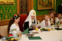 Святейший Патриарх Кирилл встретился с юными паломниками с Украины