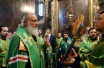 Святейший Патриарх Кирилл возглавил малую вечерню с чтением акафиста у раки с честными мощами преподобного Сергия