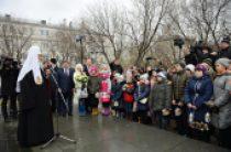 Святейший Патриарх Кирилл возложил цветы к мемориалу памяти жертв терроризма на Дубровке и встретился с детьми погибших сотрудников спецподразделений
