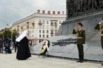 Святейший Патриарх Кирилл возложил венок к Монументу Победы в Минске