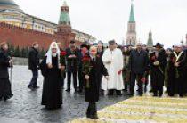 Президент России В.В. Путин и Святейший Патриарх Кирилл возложили цветы к памятнику Кузьме Минину и Дмитрию Пожарскому на Красной площади