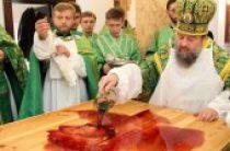 В Луганске совершено первое после прекращения обстрелов освящение храма