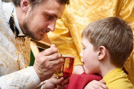 Нужно ли целовать край чаши за младенца после причастия?