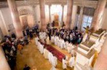 В Неделю святых жен-мироносиц митрополит Крутицкий Ювеналий совершил Литургию в Успенском соборе Московского Кремля
