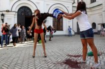 В Киево-Печерской лавре голая активистка Femen облилась кровью перед священниками (фото и видео)